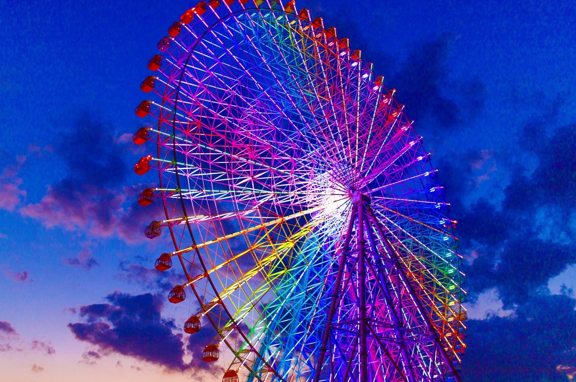 The colourful Ferris wheel of Tempozan after sunset