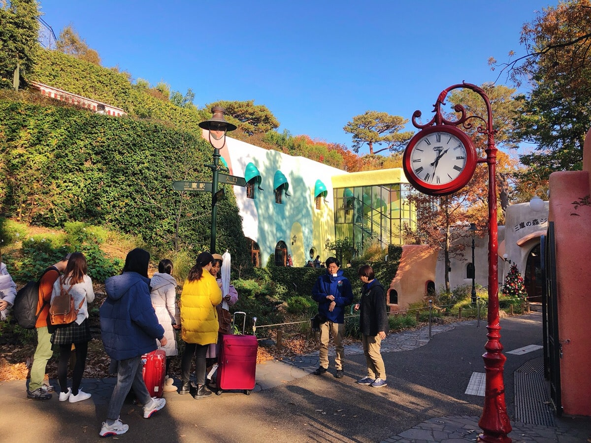The red clock standing near an entrance of Ghibli Museum and queuing people
