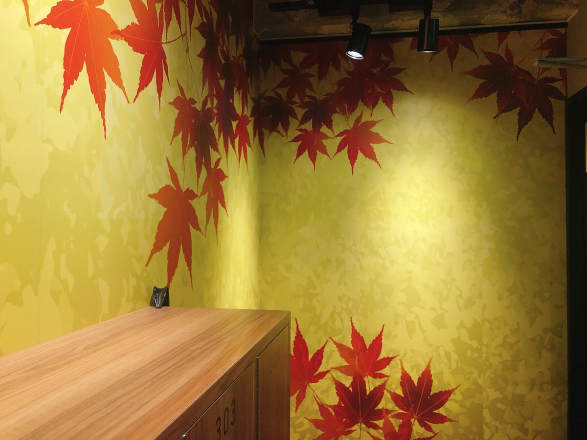 Walls with autumn leaved painted on the 3rd floor.