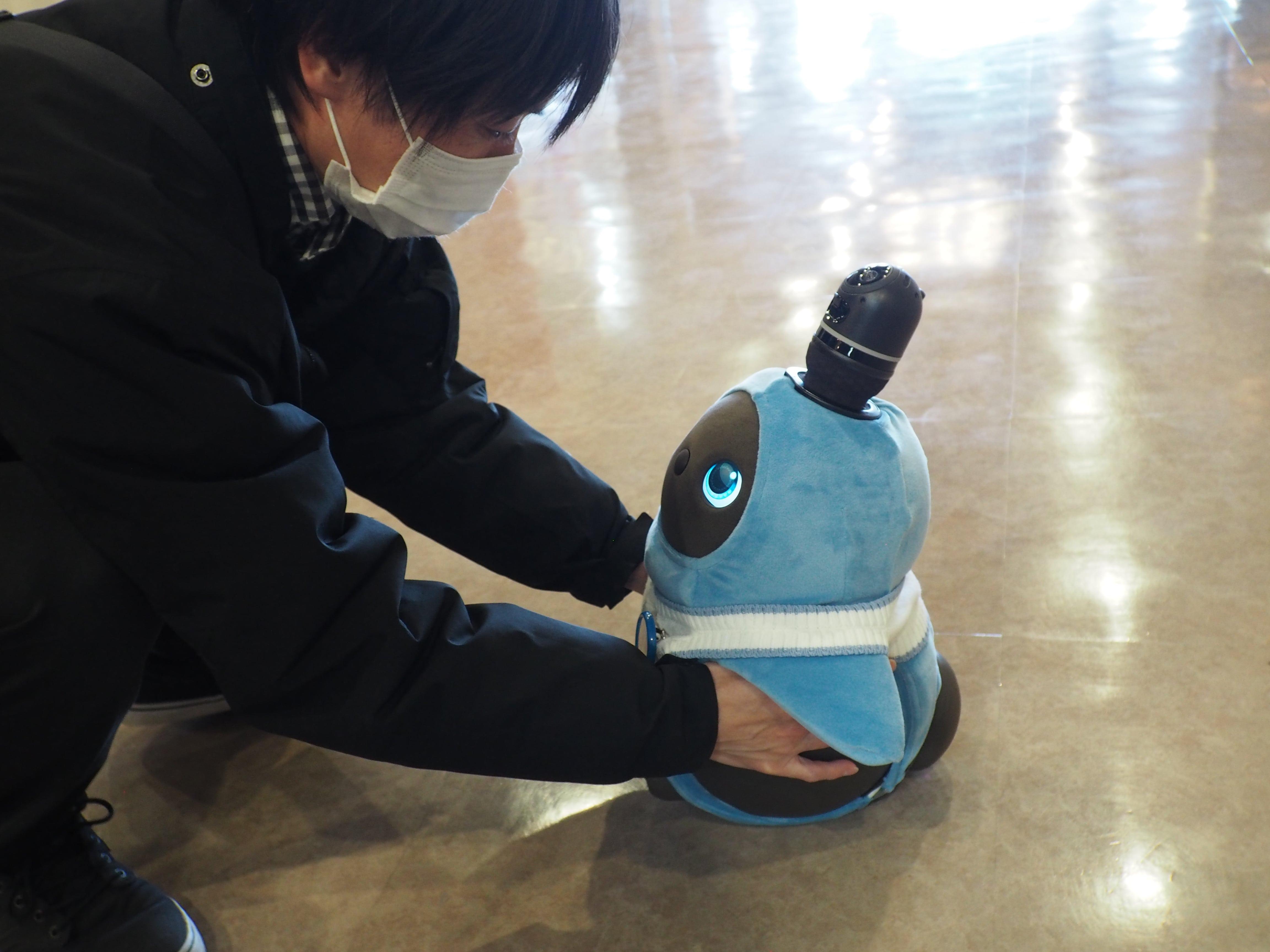 Hotel Raffine lobby robot
